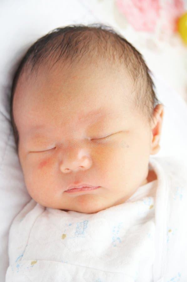 behandla som ett barn att sova arkivfoton