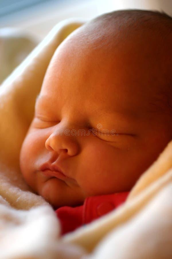 behandla som ett barn att sova arkivbild