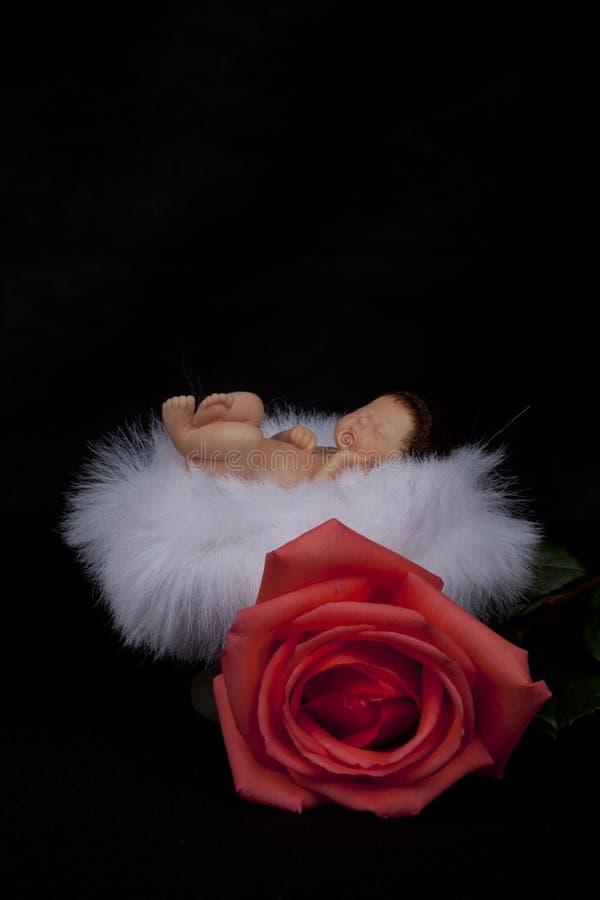 Behandla som ett barn - att sova för docka arkivfoton