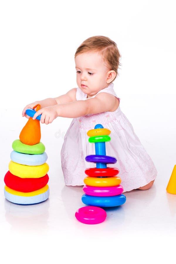 Behandla som ett barn att spela med att stapla cirklar royaltyfria foton