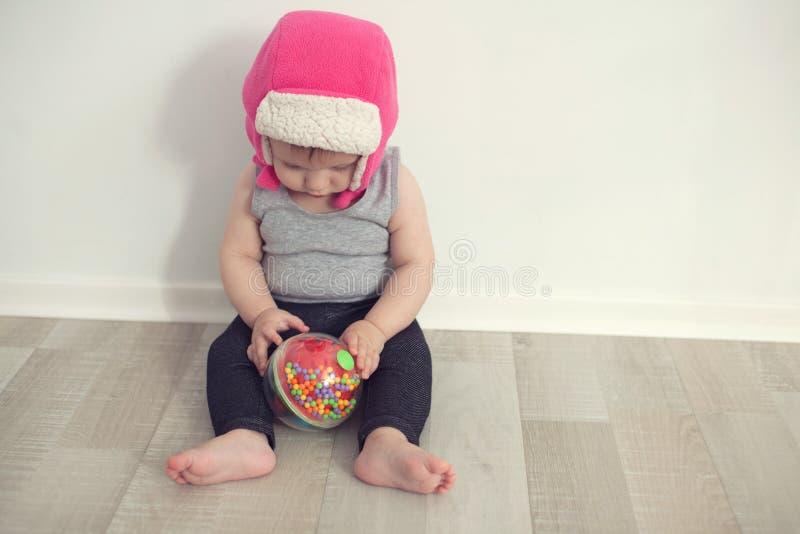Behandla som ett barn att spela med bal royaltyfri fotografi