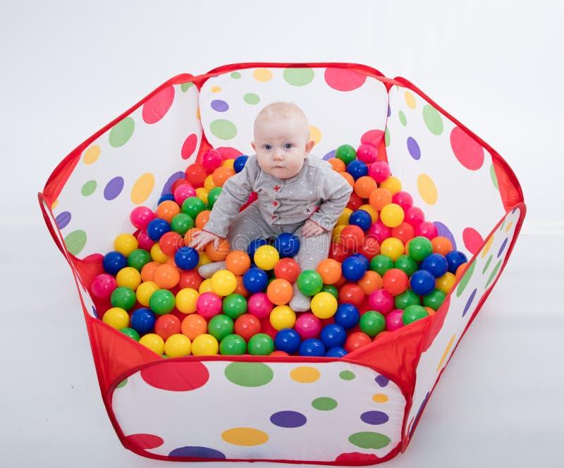Behandla som ett barn att spela med bollar i lekplatsen royaltyfri fotografi