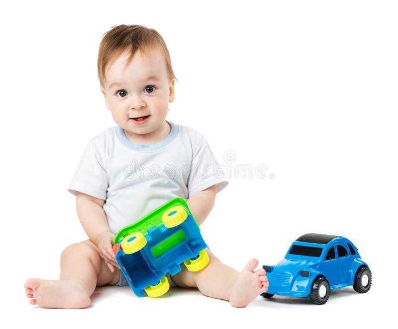 Behandla som ett barn att spela med leksakbilar arkivbilder