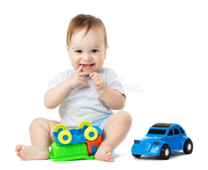 Behandla som ett barn att spela med leksakbilar royaltyfria foton