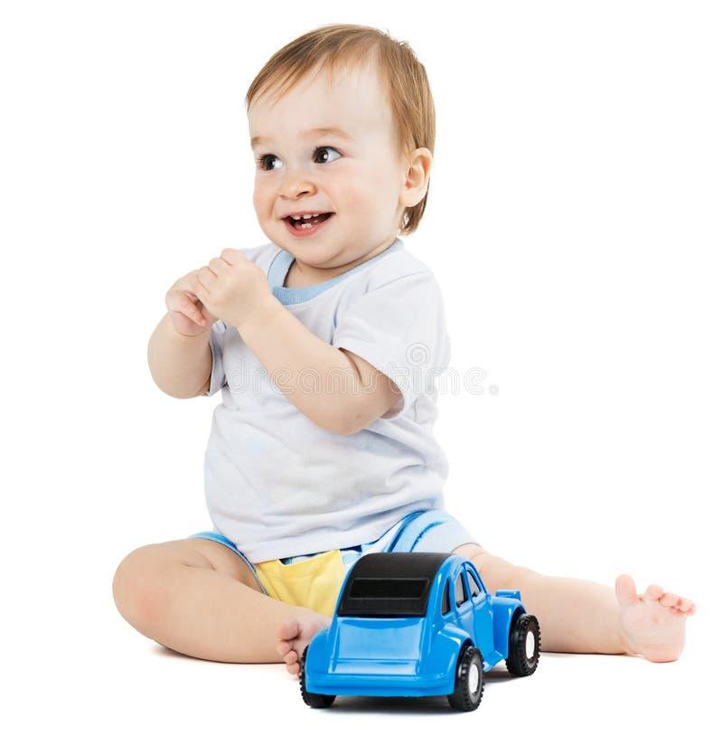 Behandla som ett barn att spela med leksakbilar arkivfoto