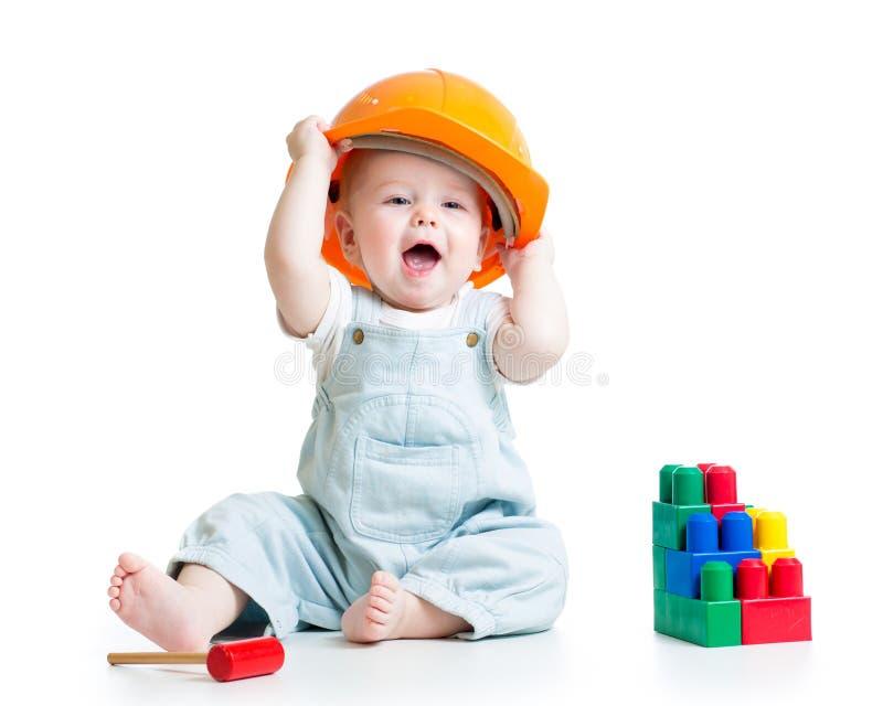 Behandla som ett barn att spela med leksaken för byggnadskvarter royaltyfria bilder