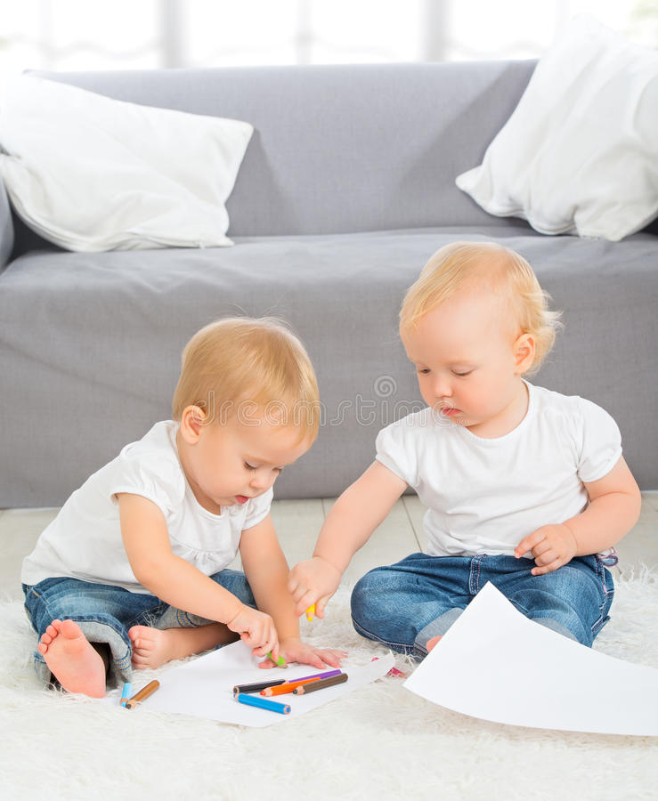 Behandla som ett barn attraktion med hemmastadda färgpennor royaltyfri foto