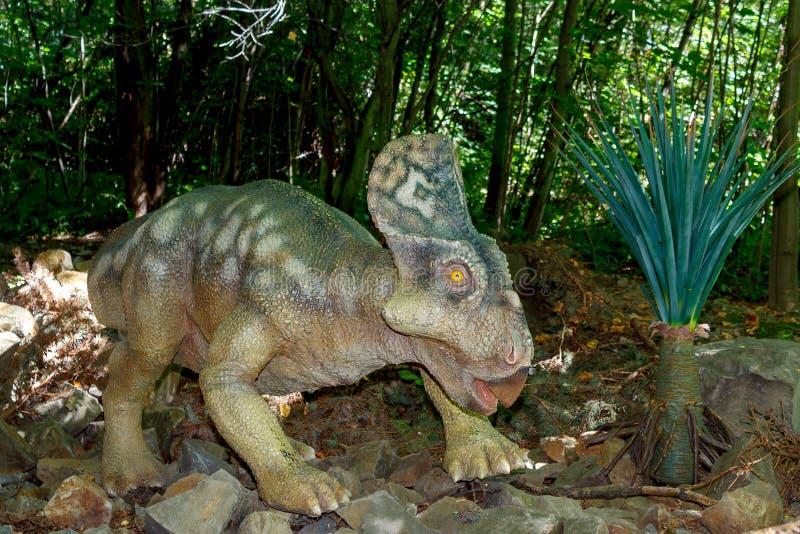 Behandla som ett barn av förhistorisk dinosaurie i natur royaltyfri fotografi