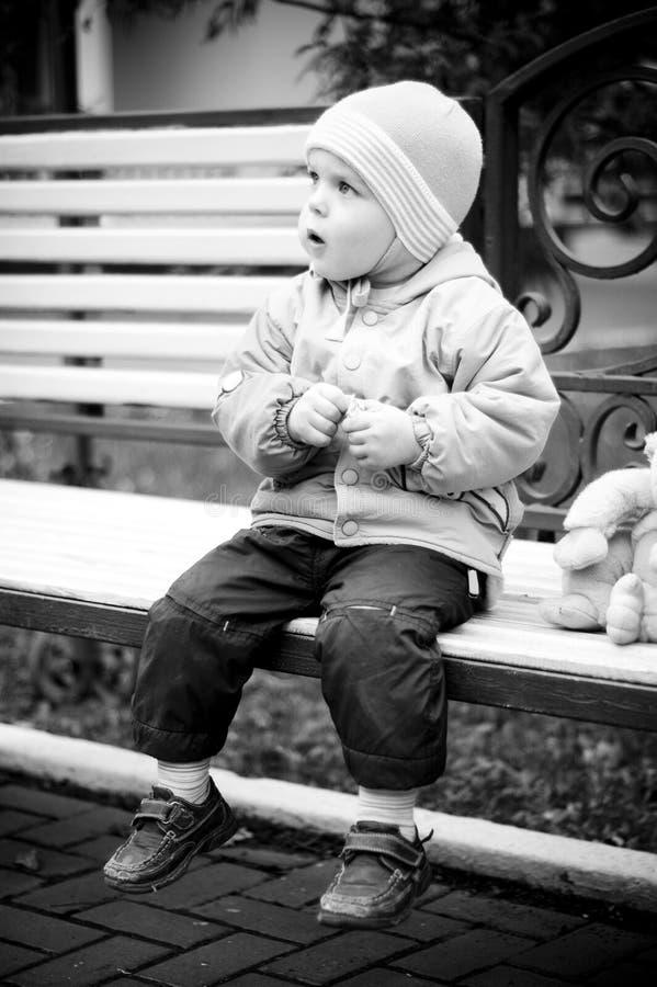 behandla som ett barn bänken fotografering för bildbyråer