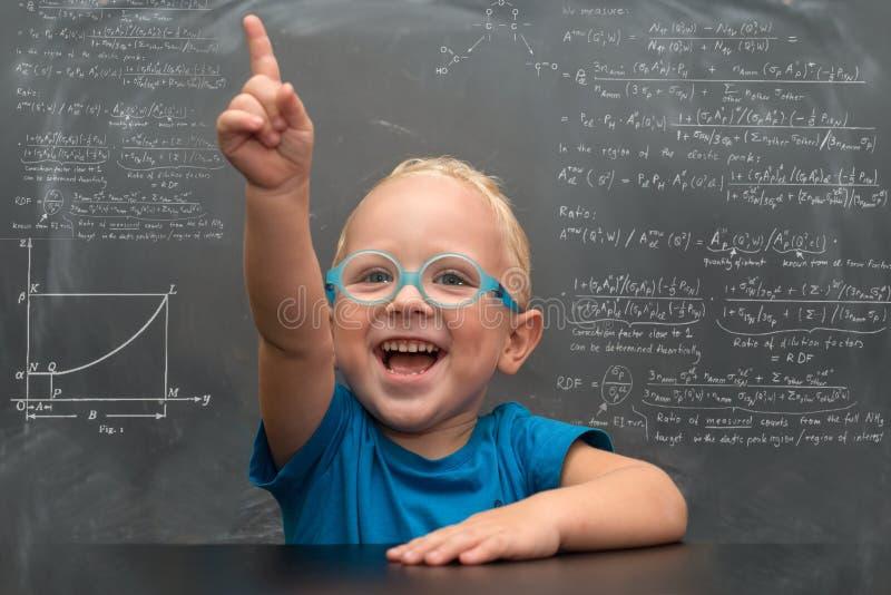 Behandla som ett barn bärande exponeringsglas för pojken med en klyftig blick arkivbilder
