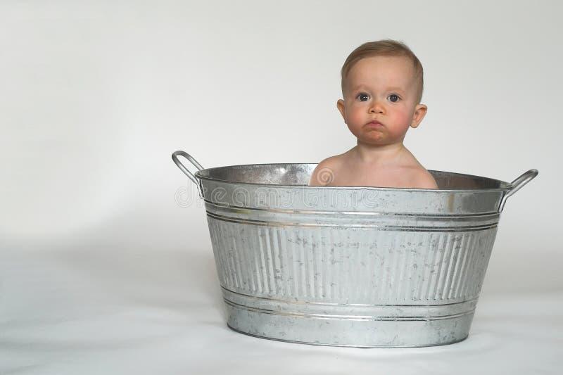 behandla som ett barn badar arkivbilder
