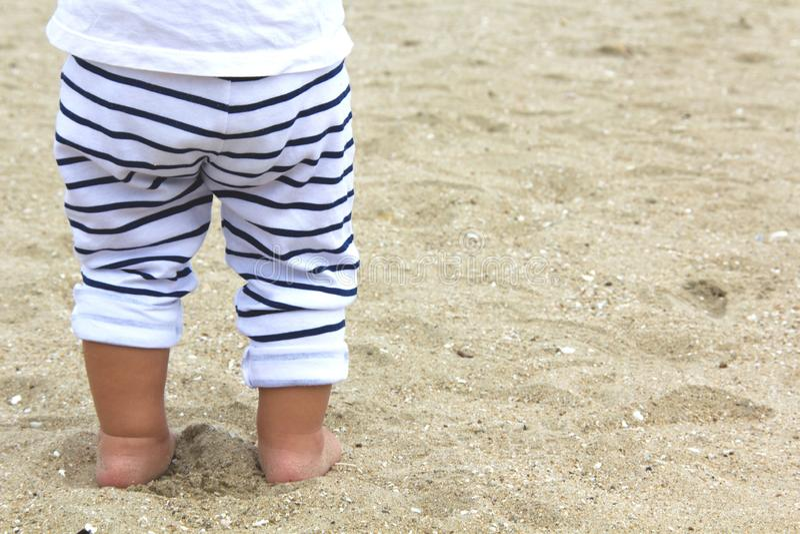 Behandla som ett barn ben i strand royaltyfria bilder