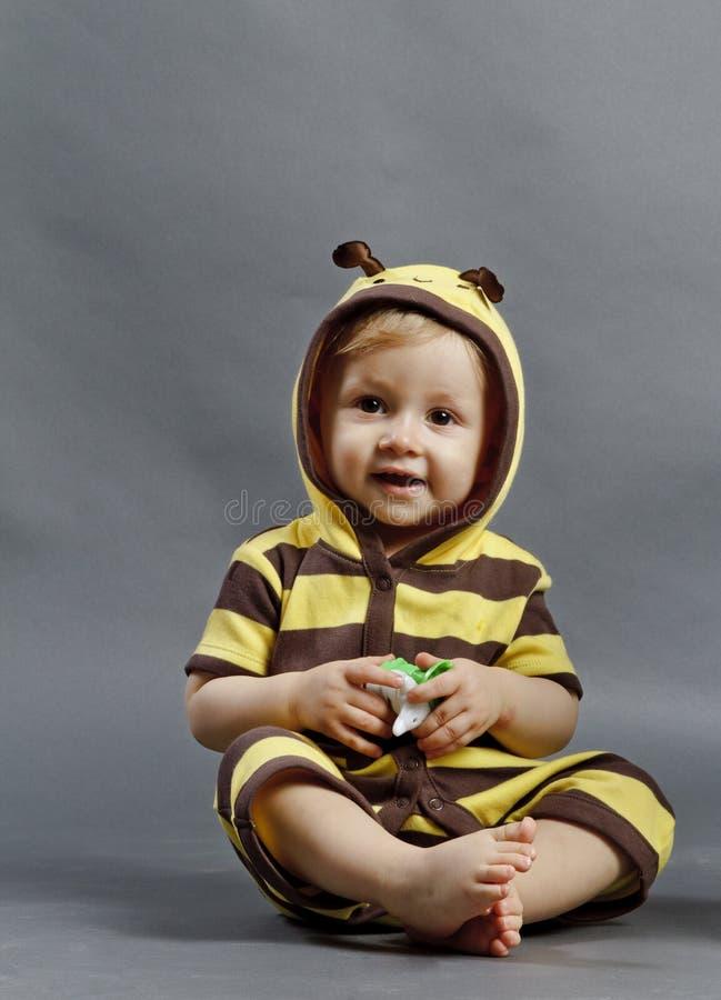 Behandla som ett barn biet arkivfoto