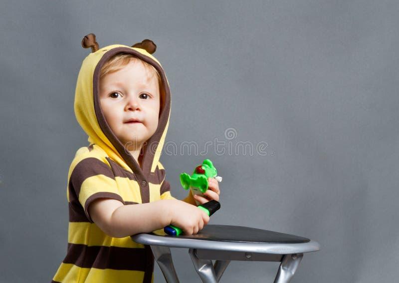 Behandla som ett barn biet royaltyfri foto