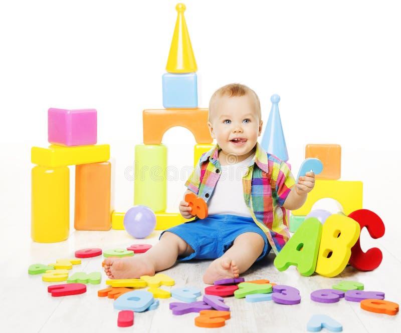 Behandla som ett barn bildande leksaker, bokstäver för ungelekabc:et för barn royaltyfria bilder