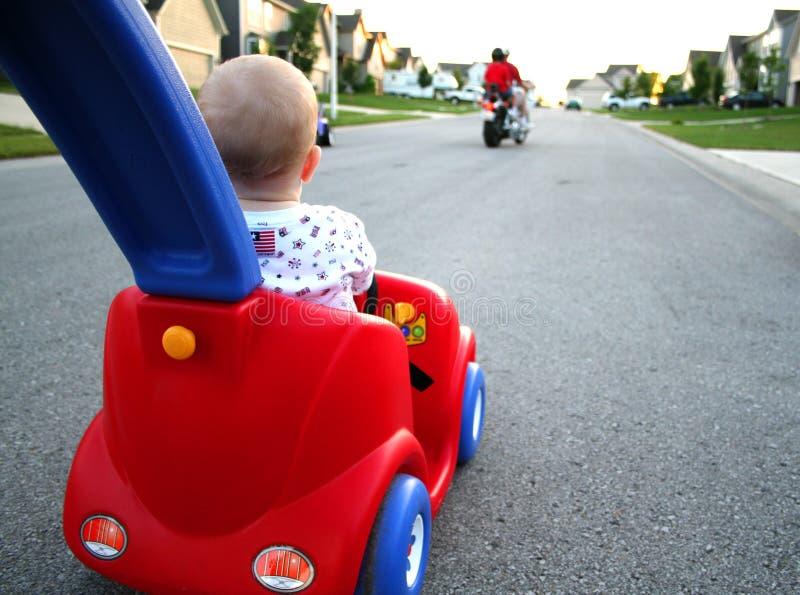 behandla som ett barn bilkörning royaltyfri bild