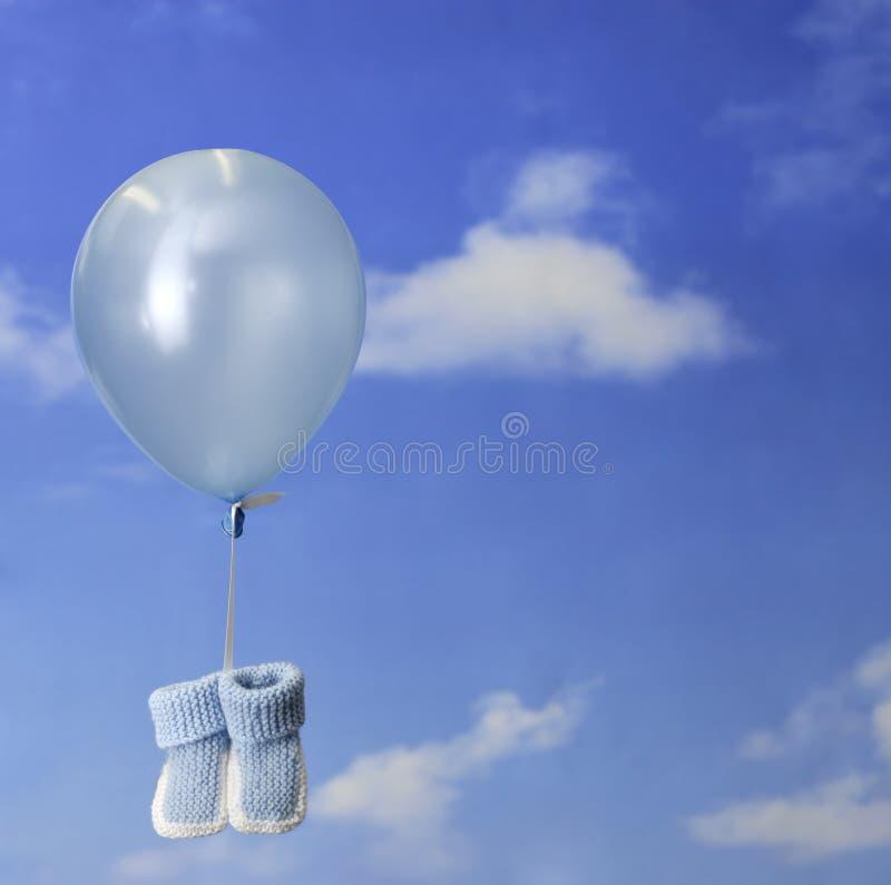 behandla som ett barn blåa bytar för ballongfödelse som bär begrepp arkivbild