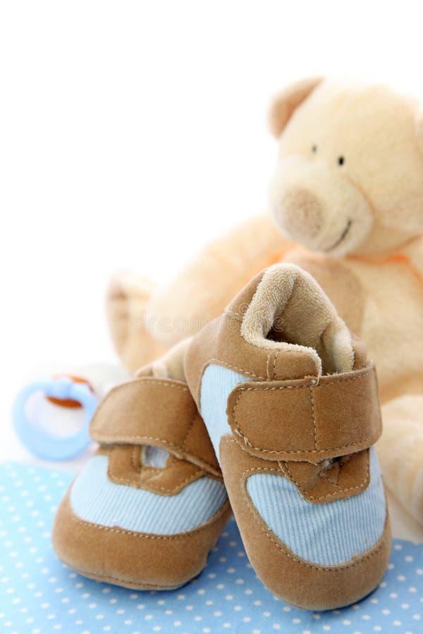 behandla som ett barn blåa skor fotografering för bildbyråer