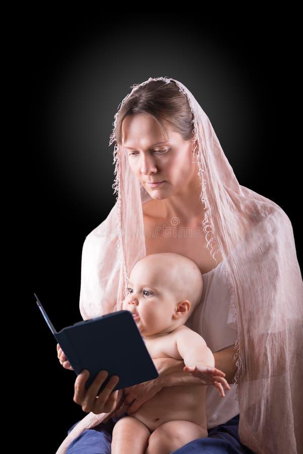 behandla som ett barn bokmoderavläsning arkivfoto