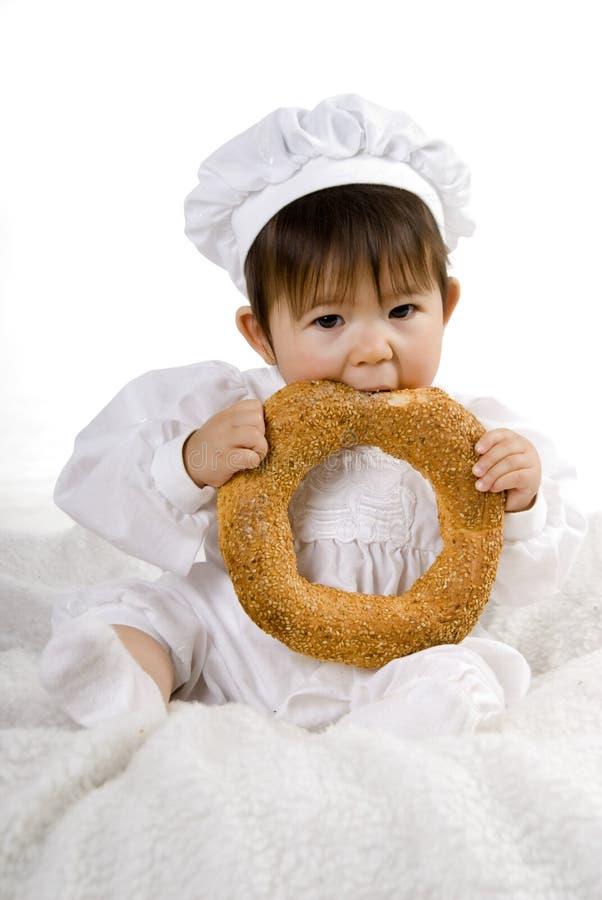 behandla som ett barn brödkocken fotografering för bildbyråer