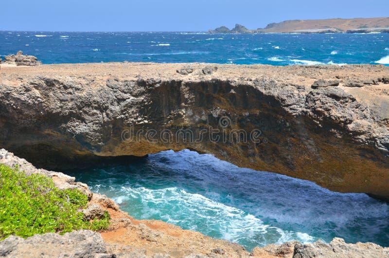 Behandla som ett barn bron Aruba arkivbild