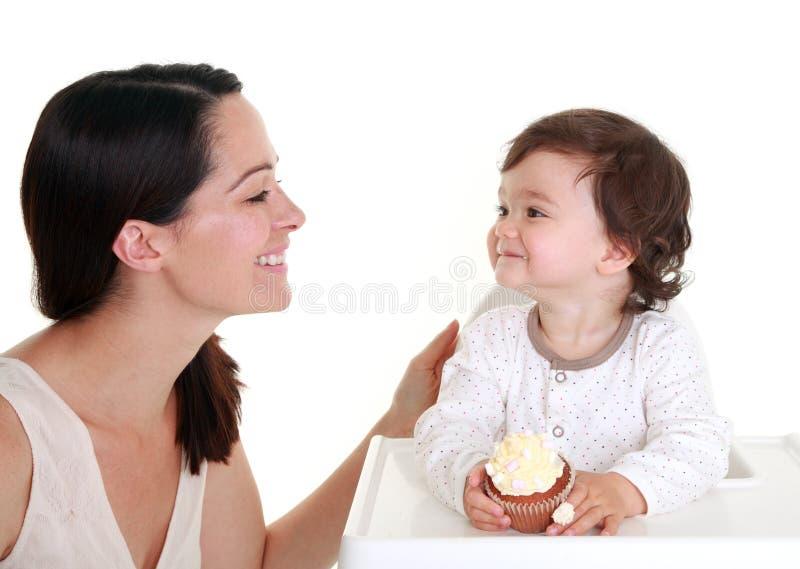 behandla som ett barn cakeholdingen arkivbild