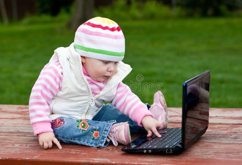 behandla som ett barn datoren royaltyfri bild