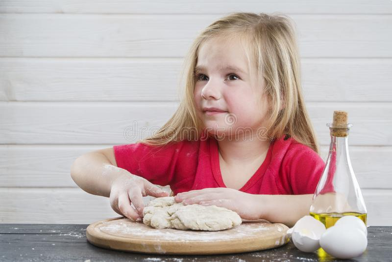 Behandla som ett barn deg kock Utveckling av barnet arkivfoton