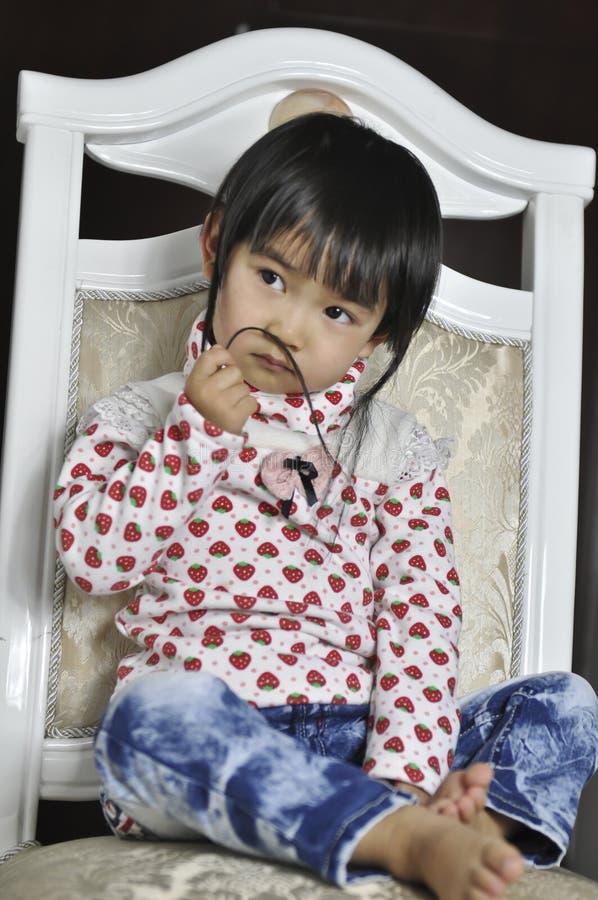 behandla som ett barn den älskvärda kinesen royaltyfri bild