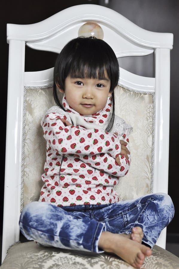 behandla som ett barn den älskvärda kinesen arkivfoto