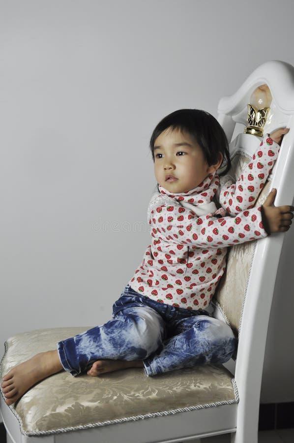behandla som ett barn den älskvärda kinesen fotografering för bildbyråer