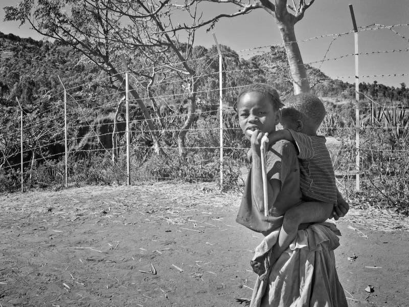 behandla som ett barn den bärande flickan för brodern henne som är ung royaltyfri foto