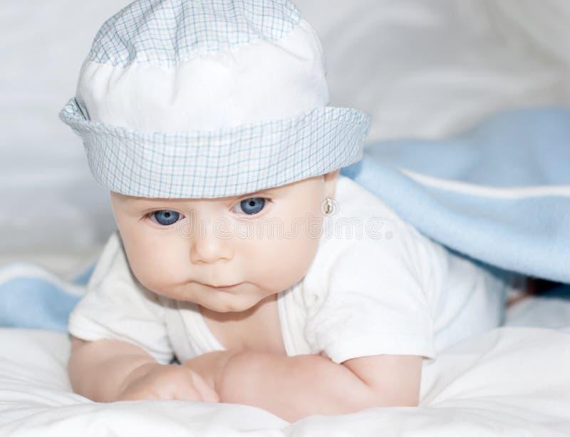 behandla som ett barn den blåa gulliga ögonflickan royaltyfri fotografi