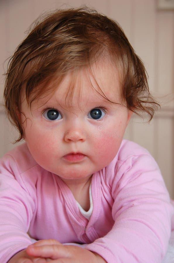 behandla som ett barn den blåa gulliga synade flickan arkivbild