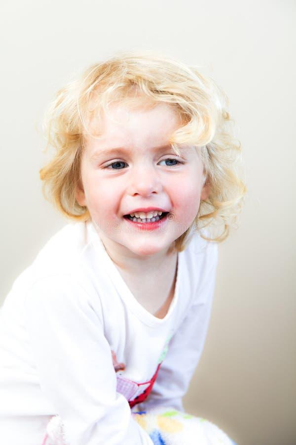 behandla som ett barn den blonda flickan royaltyfri fotografi