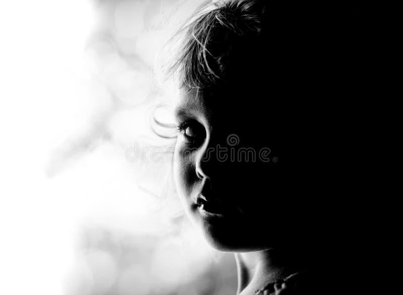 behandla som ett barn den blonda flickan arkivfoto