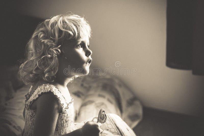 behandla som ett barn den blonda flickan royaltyfri bild