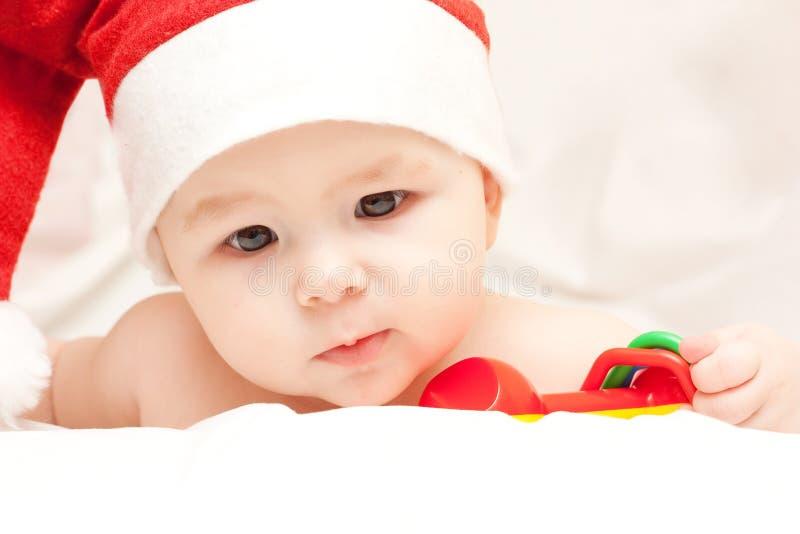behandla som ett barn den claus hatten nyfödda santa arkivfoto