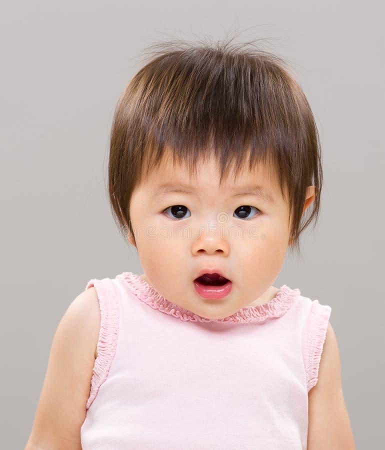 Behandla som ett barn den förvånade flickan royaltyfri fotografi