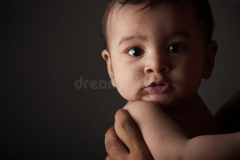 behandla som ett barn den förvånade pojkeindier arkivfoto