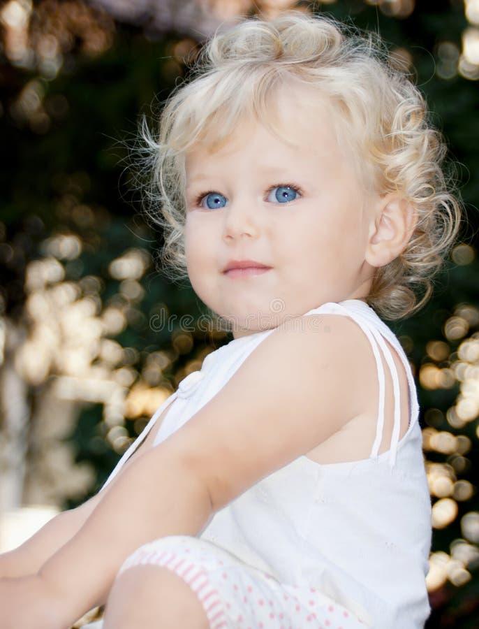 behandla som ett barn den gulliga flickan arkivbild
