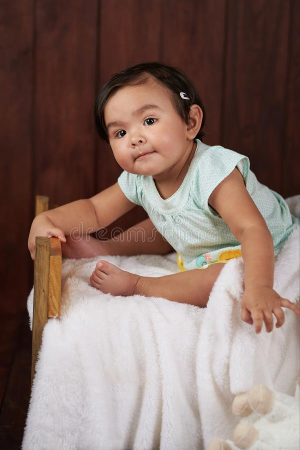 behandla som ett barn den gulliga flickan little st?ende royaltyfria foton