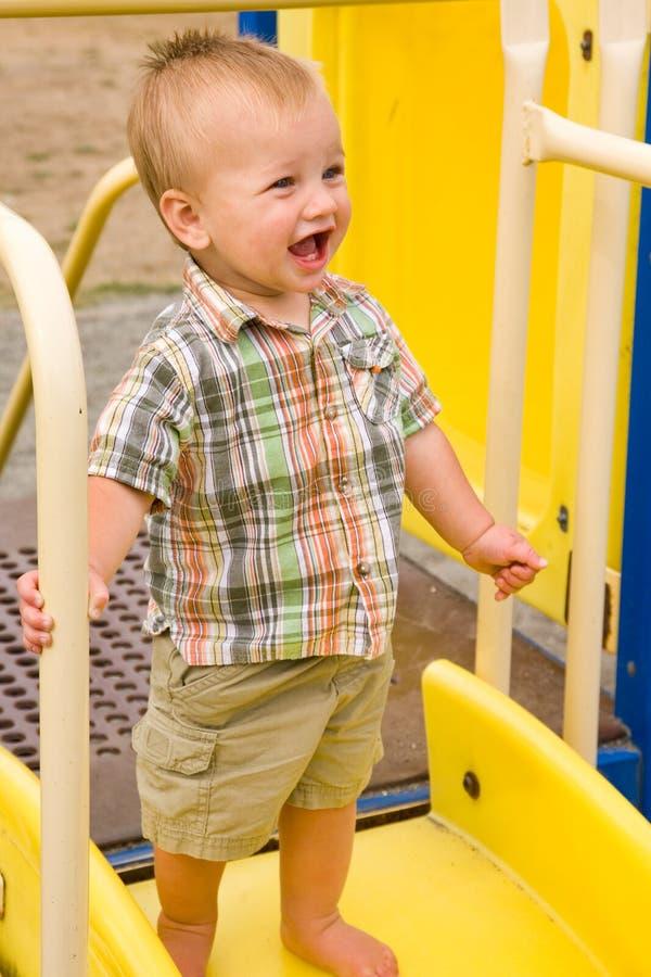 behandla som ett barn den gulliga pojken fotografering för bildbyråer