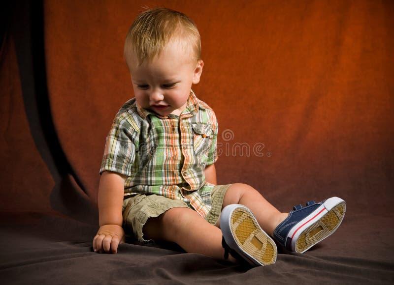 behandla som ett barn den gulliga pojken royaltyfria bilder