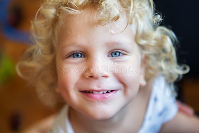 behandla som ett barn den gulliga pojken arkivfoto