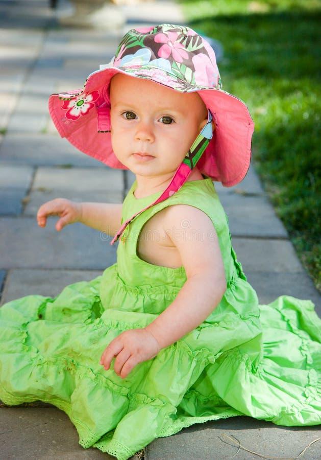 behandla som ett barn den härliga flickan royaltyfri foto