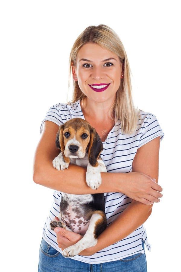 Behandla som ett barn den hållande beaglet för kvinnan arkivfoto