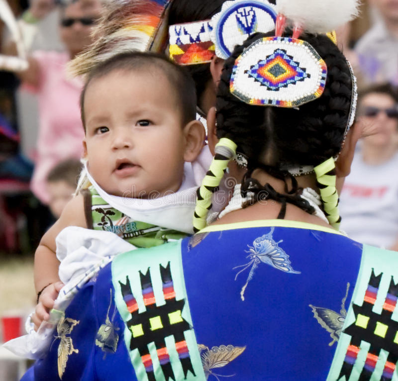 behandla som ett barn den indiska infödingen arkivfoton