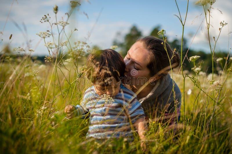 behandla som ett barn den kyssande momen royaltyfri fotografi