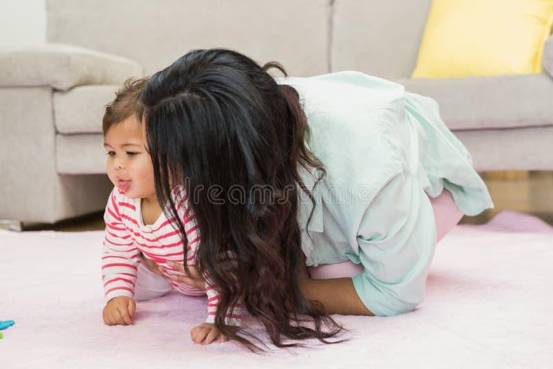 behandla som ett barn den lyckliga dottern henne modern arkivbild